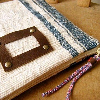 手織り布と本革のポーチ