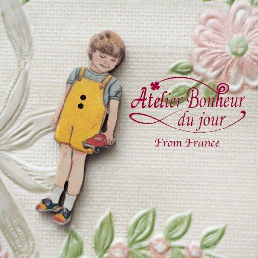 フランス輸入ボタン アトリエ・ボヌール・ドゥ・ジュール【黄色い服の男の子】【画像2】