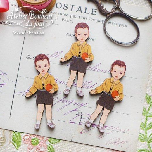 フランス輸入ボタン アトリエ・ボヌール・ドゥ・ジュール【黄色い服の男の子】【画像3】
