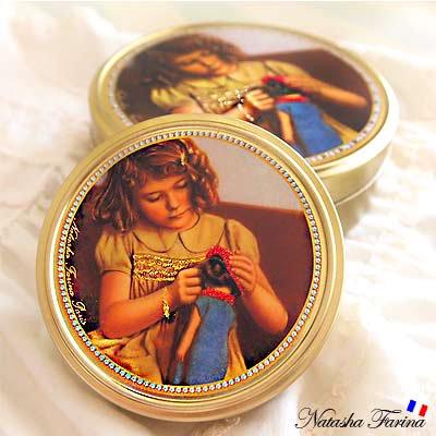 ナターシャ・ファリーナ デコレーション缶【少女とお人形】【画像2】