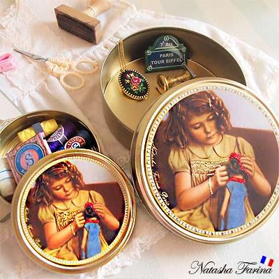 ナターシャ・ファリーナ デコレーション缶【少女とお人形】【画像3】