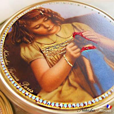 ナターシャ・ファリーナ デコレーション缶【少女とお人形】【画像4】