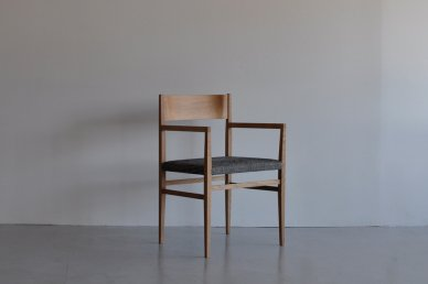 Menu Arm Chair (oak x holly black) - Hiroshi Akutsu