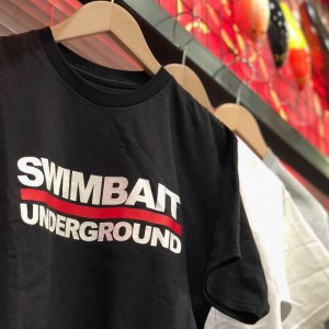 <img class='new_mark_img1' src='https://img.shop-pro.jp/img/new/icons15.gif' style='border:none;display:inline;margin:0px;padding:0px;width:auto;' />SWIMBAIT UNDERGROUND/Logo Lock Up Tシャツ