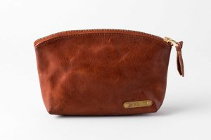<img class='new_mark_img1' src='https://img.shop-pro.jp/img/new/icons13.gif' style='border:none;display:inline;margin:0px;padding:0px;width:auto;' />LEATHER TRAVEL POUCH