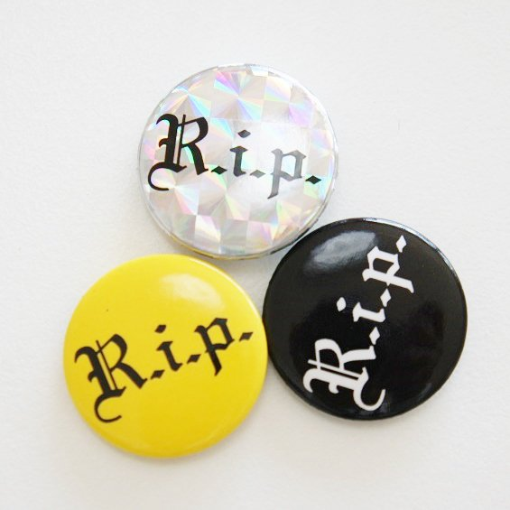 Supreme R.I.P ピンバッチ<img class='new_mark_img2' src='https://img.shop-pro.jp/img/new/icons47.gif' style='border:none;display:inline;margin:0px;padding:0px;width:auto;' />