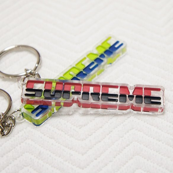 Supreme Embossed Keychain<img class='new_mark_img2' src='https://img.shop-pro.jp/img/new/icons47.gif' style='border:none;display:inline;margin:0px;padding:0px;width:auto;' />