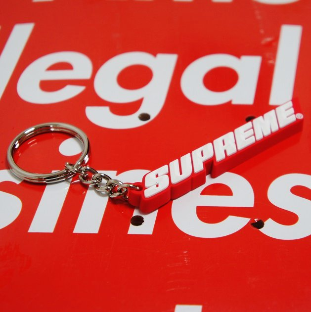 Supreme Bevel Logo Keychain<img class='new_mark_img2' src='//img.shop-pro.jp/img/new/icons16.gif' style='border:none;display:inline;margin:0px;padding:0px;width:auto;' />