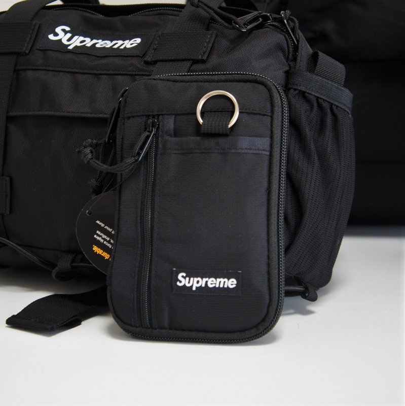 Supreme Small Zip Pouch Wallet<img class='new_mark_img2' src='//img.shop-pro.jp/img/new/icons15.gif' style='border:none;display:inline;margin:0px;padding:0px;width:auto;' />