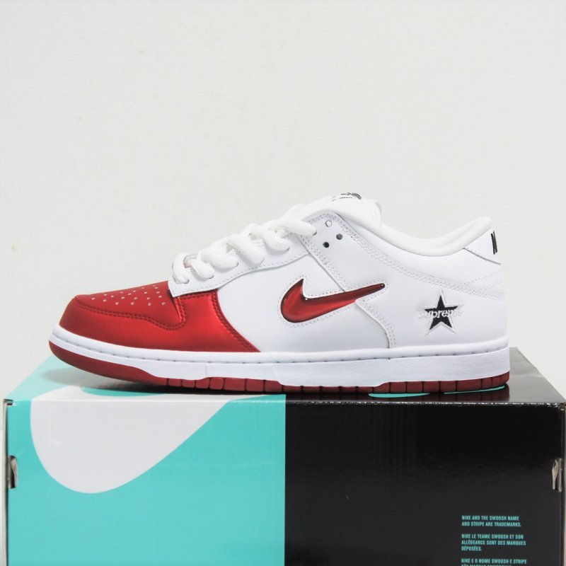 Supreme Nike SB Dunk Low<img class='new_mark_img2' src='//img.shop-pro.jp/img/new/icons15.gif' style='border:none;display:inline;margin:0px;padding:0px;width:auto;' />