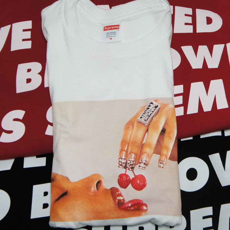 Supreme Cherries Tee<img class='new_mark_img2' src='https://img.shop-pro.jp/img/new/icons47.gif' style='border:none;display:inline;margin:0px;padding:0px;width:auto;' />