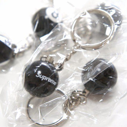 Supreme 8 Ball Keychain<img class='new_mark_img2' src='//img.shop-pro.jp/img/new/icons47.gif' style='border:none;display:inline;margin:0px;padding:0px;width:auto;' />