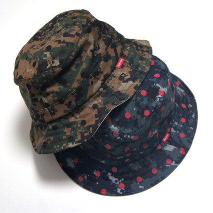 COMME des GARCONS SHIRT Supreme Crusher Hat<img class='new_mark_img2' src='https://img.shop-pro.jp/img/new/icons47.gif' style='border:none;display:inline;margin:0px;padding:0px;width:auto;' />