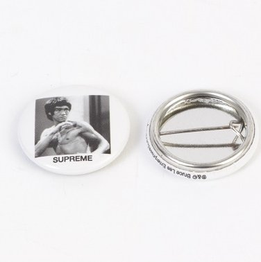 Supreme Bruce Lee ピンバッチ<img class='new_mark_img2' src='https://img.shop-pro.jp/img/new/icons47.gif' style='border:none;display:inline;margin:0px;padding:0px;width:auto;' />