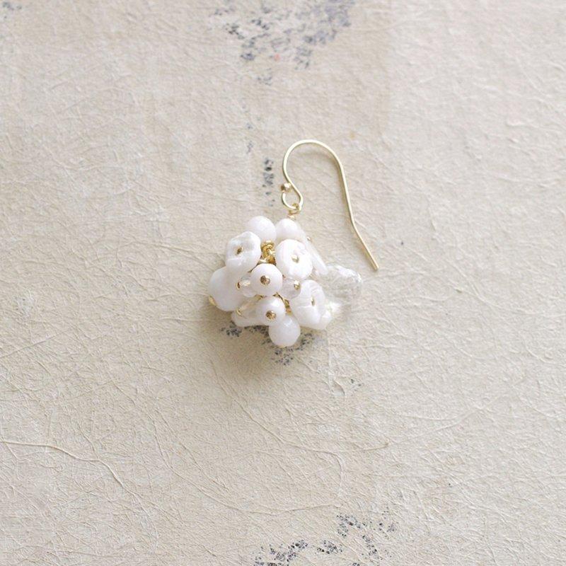 fusa : white Bouquet / 花 玉房(earring)片耳・両耳