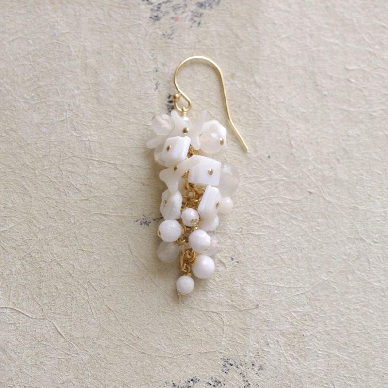 fusa : white Bouquet / 花 中房(earring)片耳・両耳