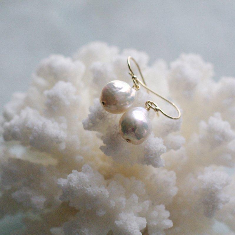 Pearl b(earring)