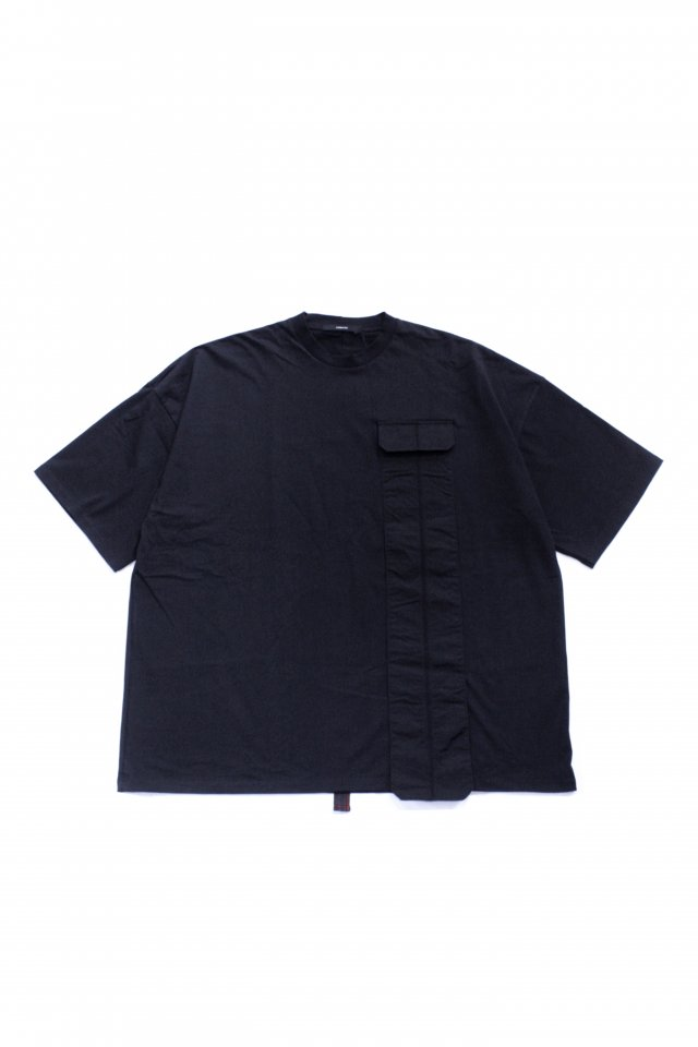<img class='new_mark_img1' src='https://img.shop-pro.jp/img/new/icons1.gif' style='border:none;display:inline;margin:0px;padding:0px;width:auto;' />KOMAKINO - DROPPED POCKET T-SHIRT(BLACK) コマキノ S/S2020 collection