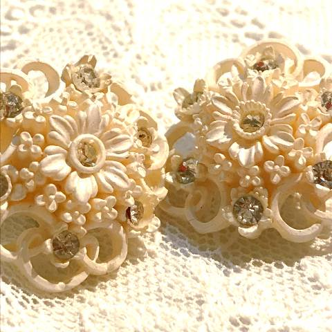 <img class='new_mark_img1' src='https://img.shop-pro.jp/img/new/icons13.gif' style='border:none;display:inline;margin:0px;padding:0px;width:auto;' />Flower Celluloid Earrings w/Rhinestone