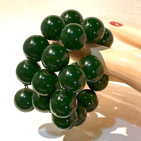 <img class='new_mark_img1' src='https://img.shop-pro.jp/img/new/icons13.gif' style='border:none;display:inline;margin:0px;padding:0px;width:auto;' />Bakelite Green Ball Stretch Bracelet