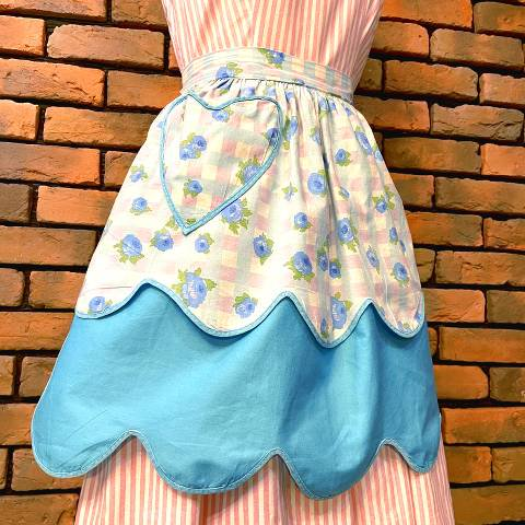 <img class='new_mark_img1' src='https://img.shop-pro.jp/img/new/icons13.gif' style='border:none;display:inline;margin:0px;padding:0px;width:auto;' />Blue Floral Reversible Apron