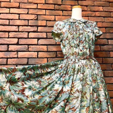 <img class='new_mark_img1' src='https://img.shop-pro.jp/img/new/icons13.gif' style='border:none;display:inline;margin:0px;padding:0px;width:auto;' />Green Floral Dress w/Belt
