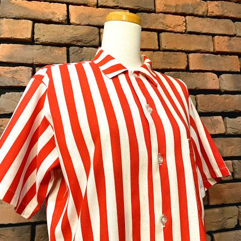 <img class='new_mark_img1' src='https://img.shop-pro.jp/img/new/icons13.gif' style='border:none;display:inline;margin:0px;padding:0px;width:auto;' />Red & White Striped Uniform Shirt