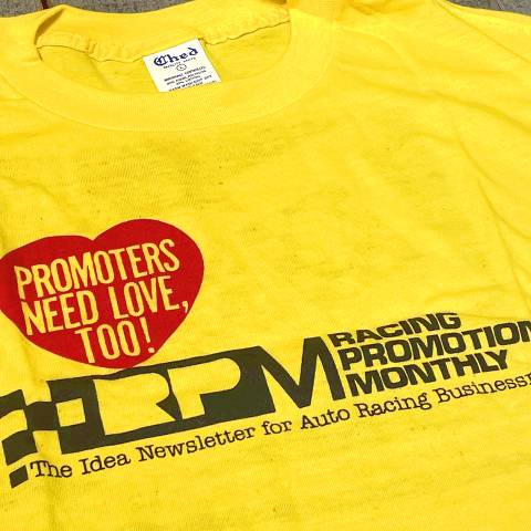 <img class='new_mark_img1' src='https://img.shop-pro.jp/img/new/icons13.gif' style='border:none;display:inline;margin:0px;padding:0px;width:auto;' />Racing Promoters Print Ched Tee