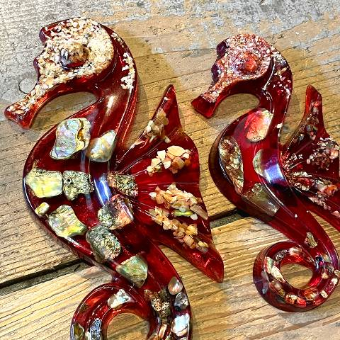 <img class='new_mark_img1' src='https://img.shop-pro.jp/img/new/icons13.gif' style='border:none;display:inline;margin:0px;padding:0px;width:auto;' />Lucite & Abalone Shell Seahorse Wall Deco Pair