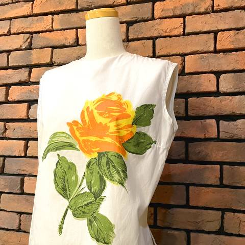 <img class='new_mark_img1' src='https://img.shop-pro.jp/img/new/icons13.gif' style='border:none;display:inline;margin:0px;padding:0px;width:auto;' />Orange Flower Back Button Blouse