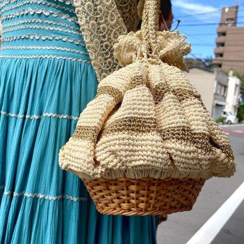 <img class='new_mark_img1' src='https://img.shop-pro.jp/img/new/icons13.gif' style='border:none;display:inline;margin:0px;padding:0px;width:auto;' />Ivory & Gold Crochet Drawstring, Basket Bottom Purse