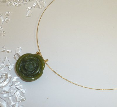 薔薇の花型美しい濃緑色、翡翠(ネフライト)ペンダント ナイロンコート24kGPワイヤー送料無料