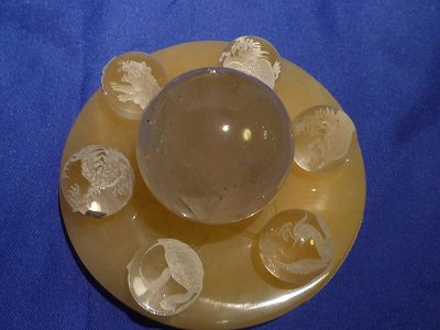七星陣のアラゴナイト(地球の女神)大90mmの台座に風水の四神と麒麟、レインボーヒマラヤ天然水晶40mm