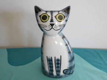 <img class='new_mark_img1' src='https://img.shop-pro.jp/img/new/icons48.gif' style='border:none;display:inline;margin:0px;padding:0px;width:auto;' />Cat Money Box by Hannah Turner / Hannah Turner さんデザイン ねこの陶器製 貯金箱(グレー トラ)