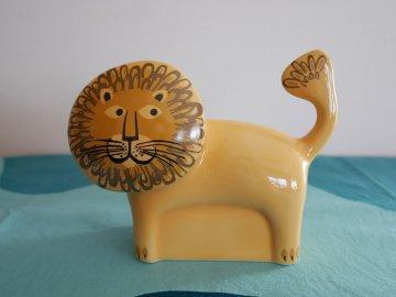<img class='new_mark_img1' src='https://img.shop-pro.jp/img/new/icons48.gif' style='border:none;display:inline;margin:0px;padding:0px;width:auto;' />Lion Money Box by Hannah Turner / Hannah Turner さんデザイン ライオンの陶器製 貯金箱