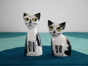 <img class='new_mark_img1' src='https://img.shop-pro.jp/img/new/icons48.gif' style='border:none;display:inline;margin:0px;padding:0px;width:auto;' />Cat Salt and Pepper Shekers by Hannah Turner / Hannah Turner さんデザイン 黒白ねこの ソルト&ペッパー入れ