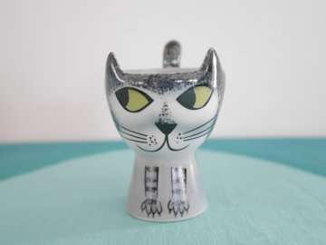 <img class='new_mark_img1' src='https://img.shop-pro.jp/img/new/icons48.gif' style='border:none;display:inline;margin:0px;padding:0px;width:auto;' />Gray Tabby Cat Egg Cup by Hannah Turner / Hannah Turner さんデザイン グレートラねこのエッグカップ