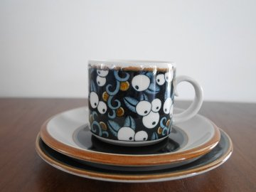 <img class='new_mark_img1' src='https://img.shop-pro.jp/img/new/icons48.gif' style='border:none;display:inline;margin:0px;padding:0px;width:auto;' />ARABIA Taika Cup&Saucer , Plate set / アラビア タイカ カップ&ソーサーとプレート 3点セット