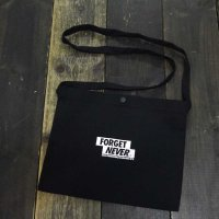 FORGET NEVER OLD LETTER PATCH SACOCHE[BLACK]