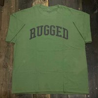 RUGGED ARCH LOGO T-SHIRTS [MILLITARY GREEN]<img class='new_mark_img2' src='//img.shop-pro.jp/img/new/icons8.gif' style='border:none;display:inline;margin:0px;padding:0px;width:auto;' />