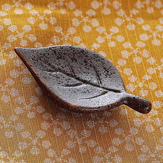 木の葉(茶)の箸置き