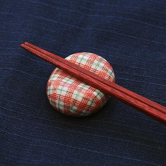 小豆 色呉須柄 チェック赤の箸置き