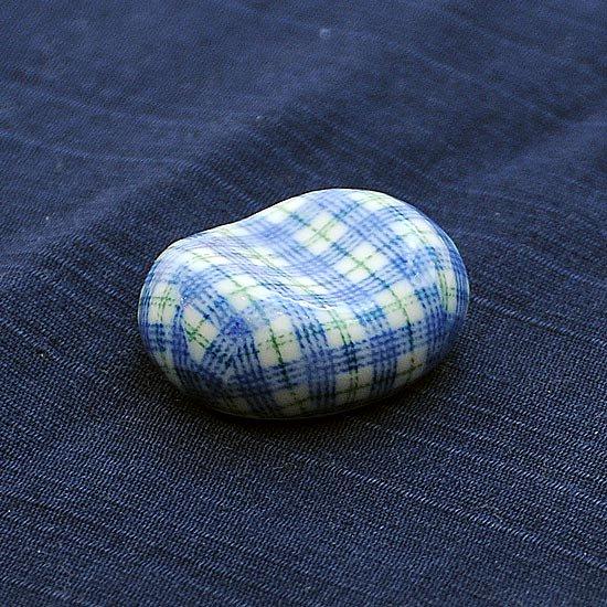 小豆 色呉須柄 チェック青の箸置き