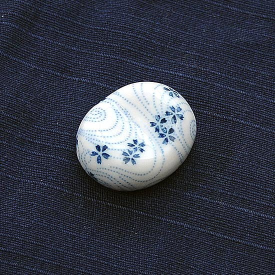 小豆 呉須柄 桜ちらしの箸置き