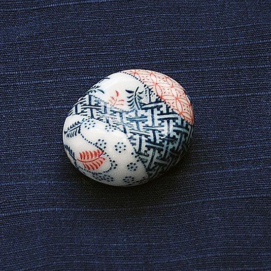 小豆 色呉須柄 紗綾形の箸置き