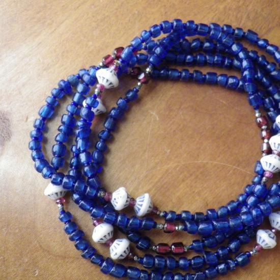 糸 白いウランガラス 青