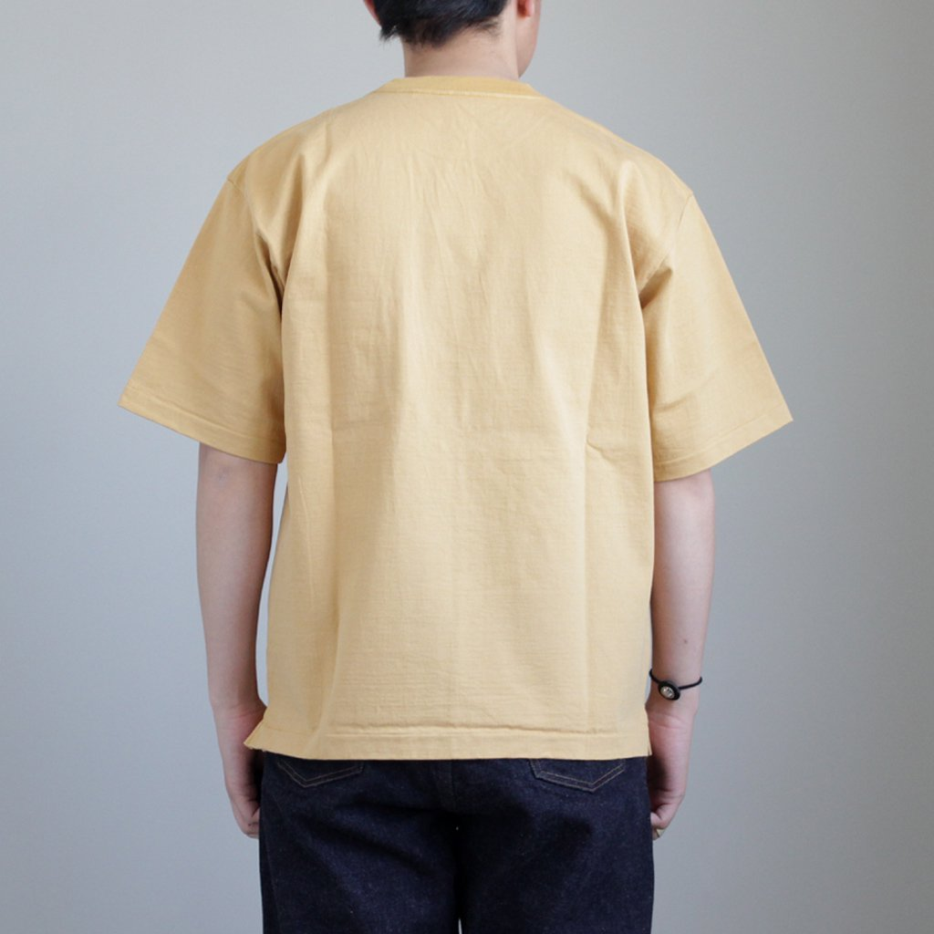 AURALEE | オーラリー STAND-UP TEE #CAMEL YELLOW [A8ST01SU]