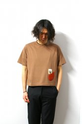 SHINYAKOZUKA(シンヤコズカ)/POCKET CROP TEE/Clay