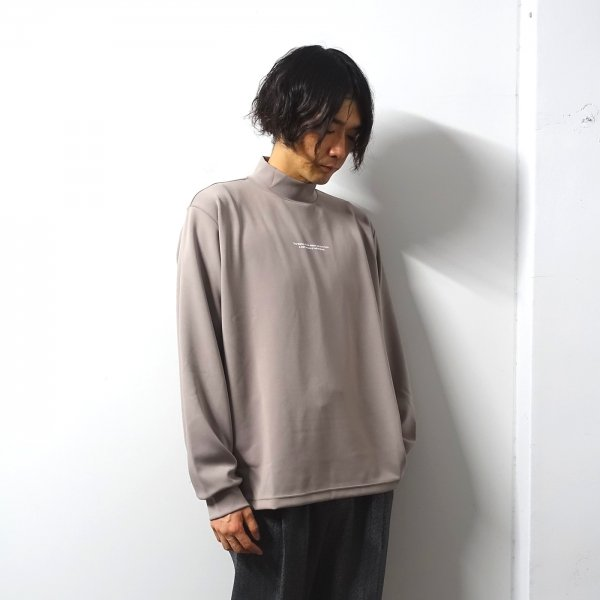 <img class='new_mark_img1' src='https://img.shop-pro.jp/img/new/icons13.gif' style='border:none;display:inline;margin:0px;padding:0px;width:auto;' />stein(シュタイン)/OVERSIZED HIGH NECK LS/Greige