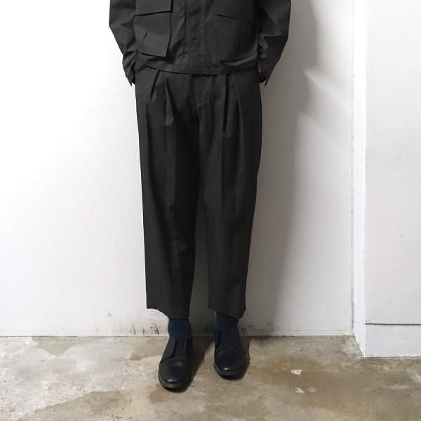 URU(ウル)/INVERTED PLEATS PANTS/Charcoal